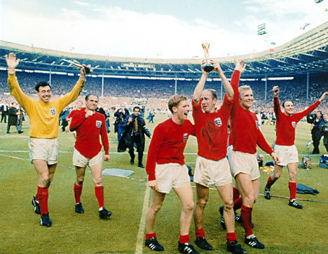Gordon Banks and the 1966 team lift the trophy!